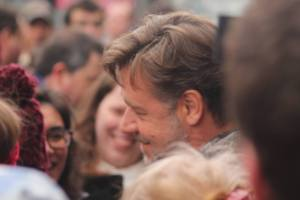 Russell Crowe signing autographs