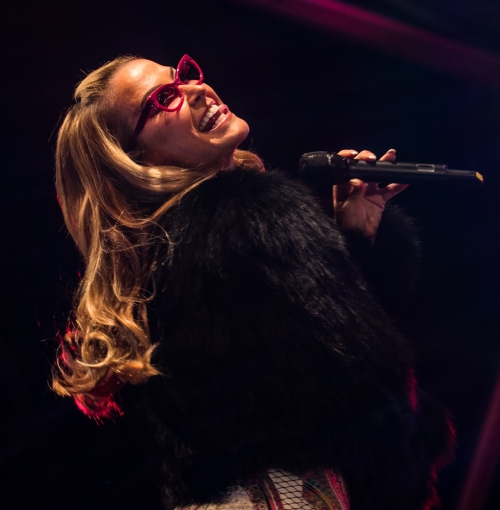 Anastacia should not be left outside alone with this cheeky pose!